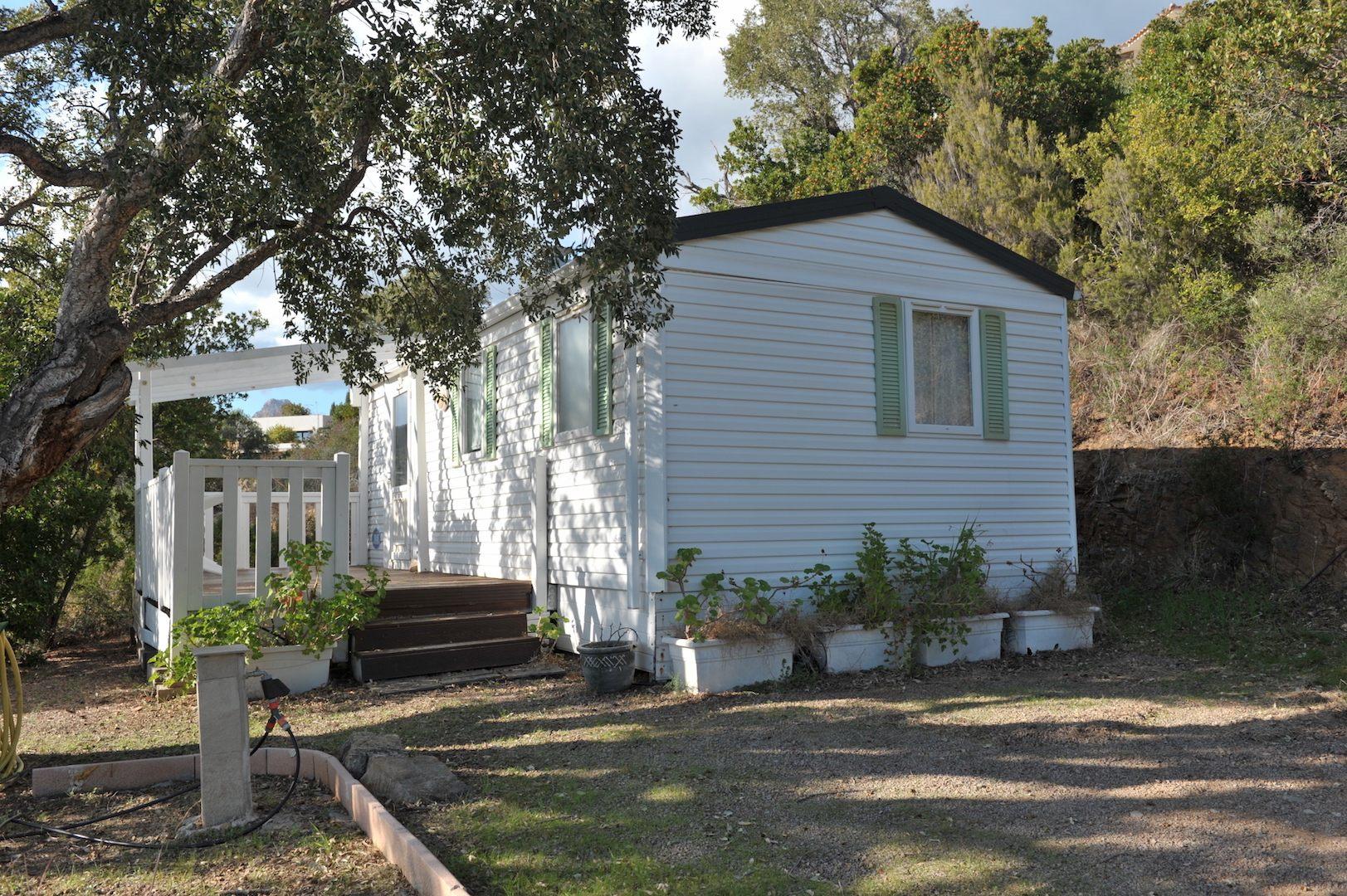 sur la parcelle constructible, bungalow viabilisé.