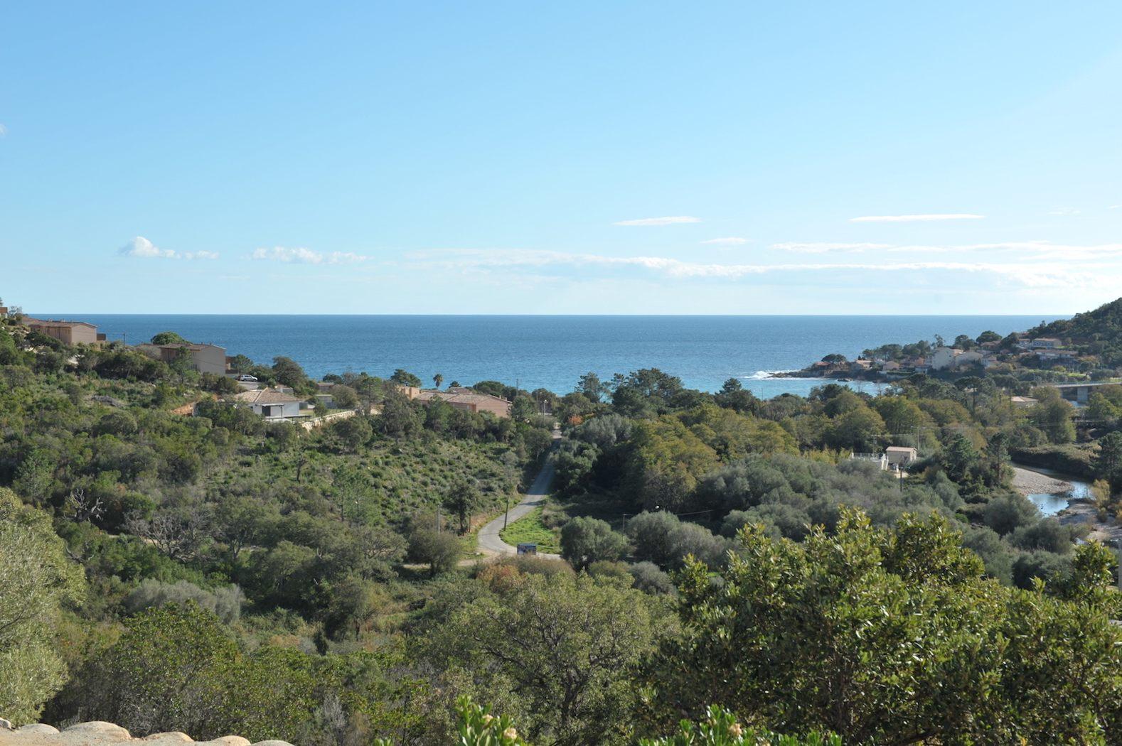 Tarco: A 300m. de la plage à pied et dominant la mer, VILLA RÉCENTE T-3/4 avec PISCINE, GARAGE ET SURFACE AMÉNAGEABLE et disposant d'une SUPERBE VUE MER PANORAMIQUE.