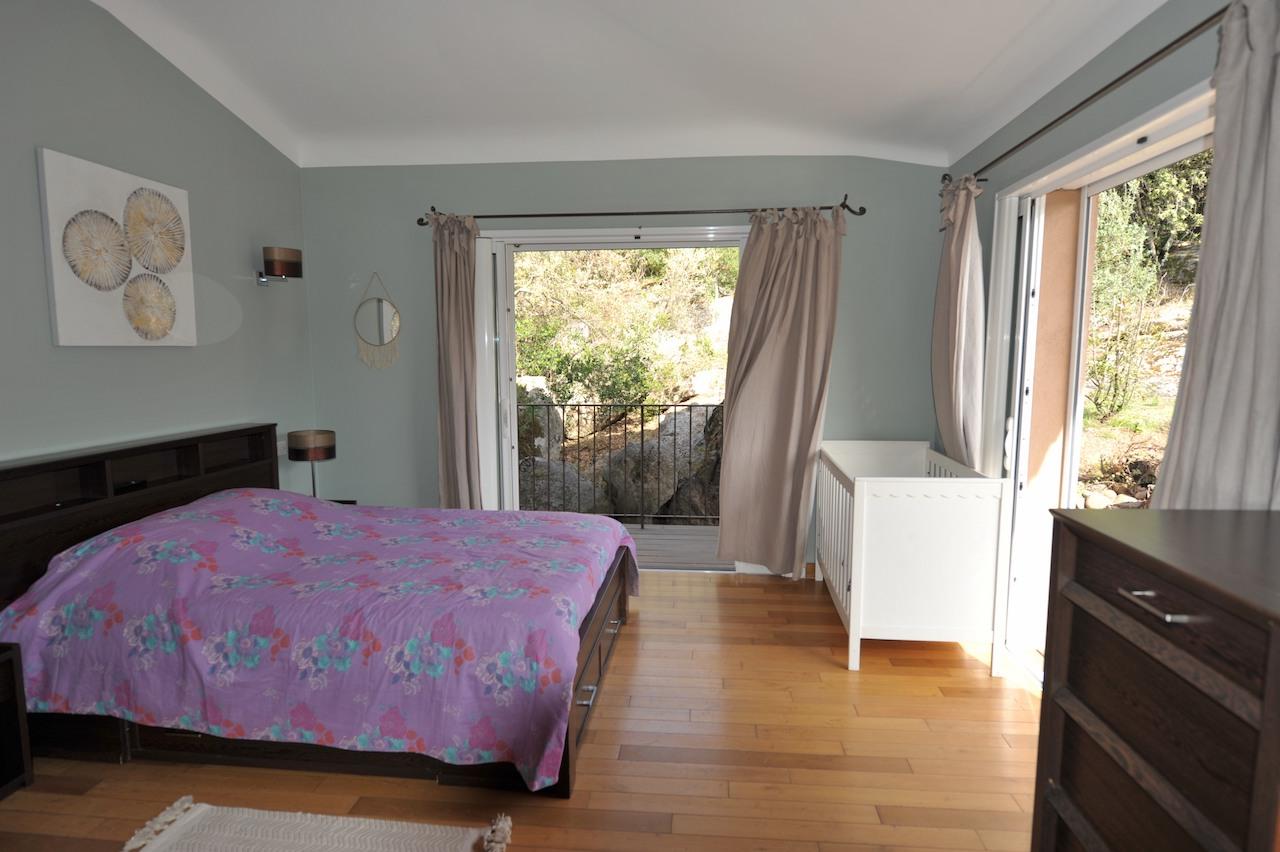 Secteur Trinité de Porto-Vecchio/Route de Cala Rossa: VILLA CONTEMPORAINE T-10 récente avec PISCINE et POOL-HOUSE, comprenant un appartement T-3 indépendant.