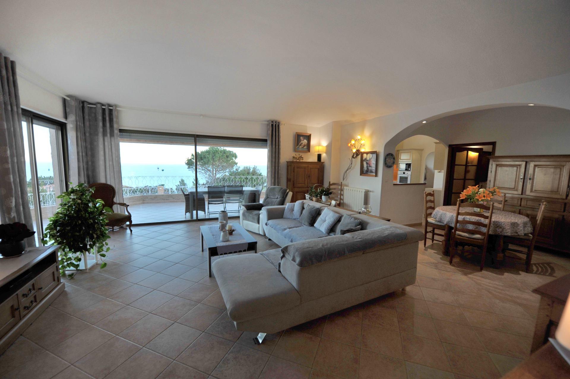 Propriété Domaine de PUNTA D'ORO (sur les hauteurs de Palombaggia/Santa Giulia): À 600m. à pied de la plage, Propriété 13 pièces comprenant Villa T-7 SUPERBE VUE MER PANORAMIQUE À 180° avec PISCINE et JACUZZI + 2 T-3 indépendants.