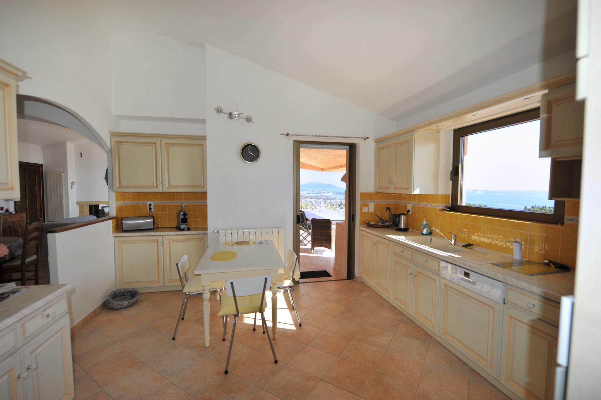Domaine de PUNTA D'ORO (sur les hauteurs de Palombaggia/Santa Giulia): À 600m. à pied de la plage, Propriété 13 pièces comprenant Villa T-7 SUPERBE VUE MER PANORAMIQUE À 180° avec PISCINE et JACUZZI + 2 T-3 indépendants.