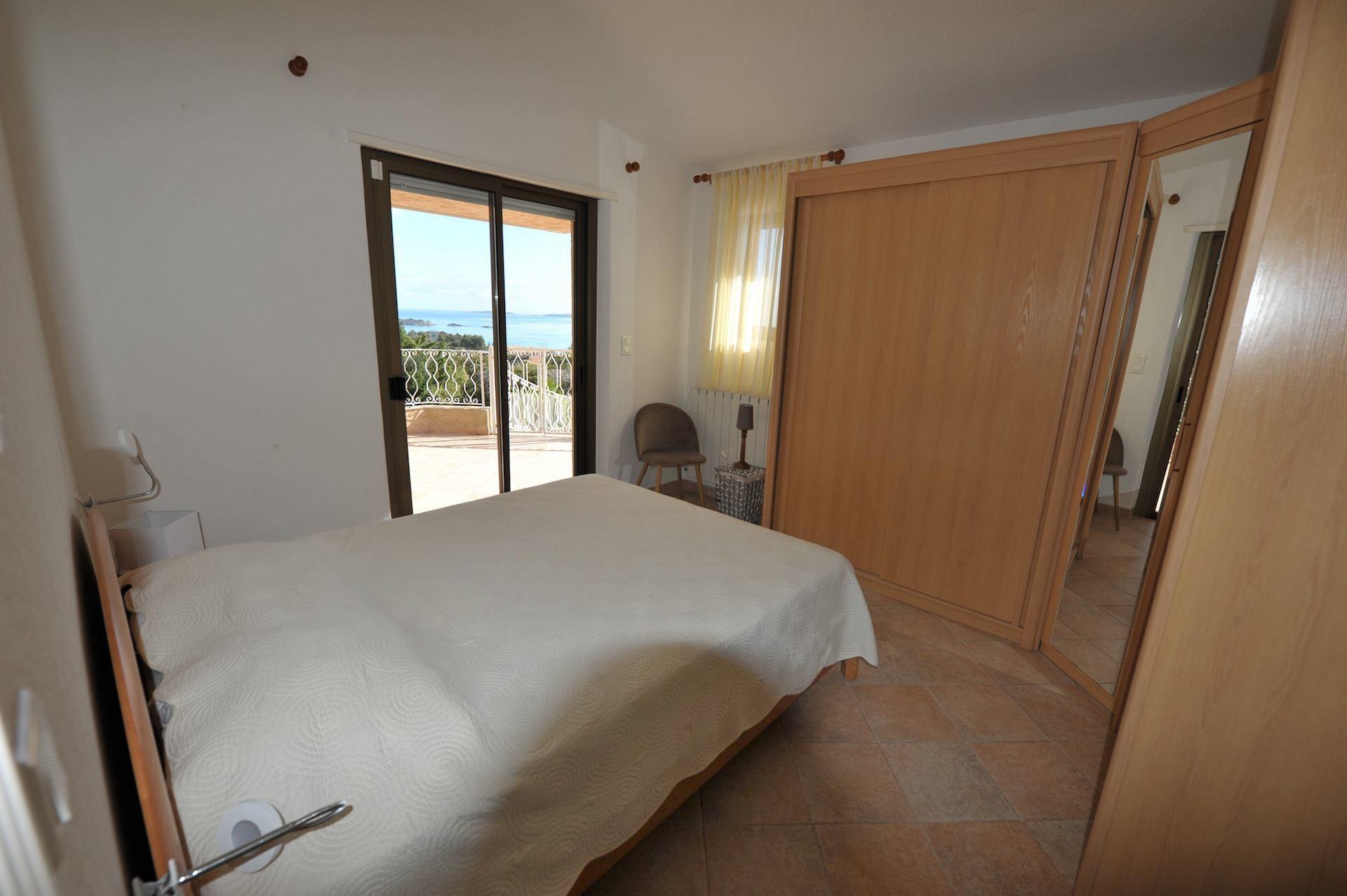 Propriété Domaine de PUNTA D'ORO (sur les hauteurs de Palombaggia/Santa Giulia): À 600m. à pied de sa plage privée, Propriété 13 pièces comprenant Villa T-7 SUPERBE VUE MER PANORAMIQUE À 180° avec PISCINE et JACUZZI + 2 T-3 indépendants.