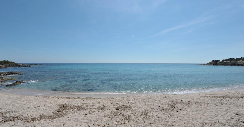 plage de sable fin à moins de 100 mètres à pied.