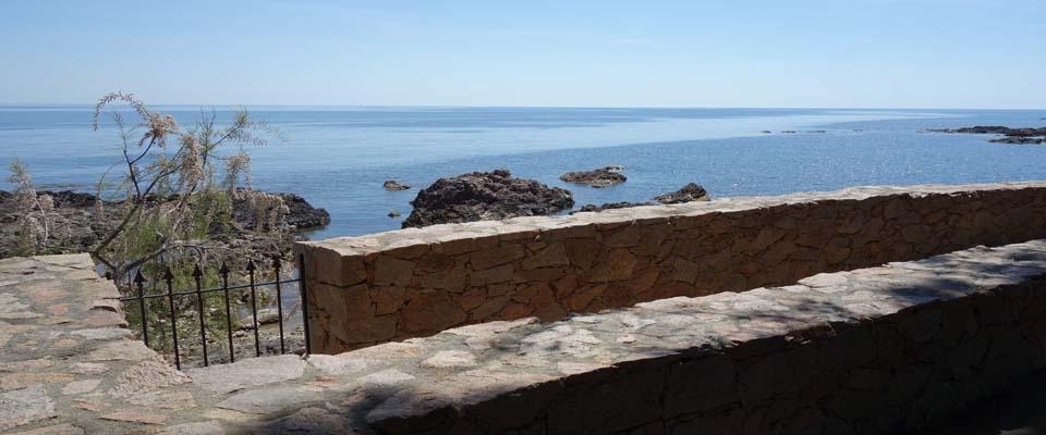 PIEDS DANS L'EAU ! Terrain à bâtir VIABILISÉ avec VUE MER PANORAMIQUE disposant d'un CABANON EXISTANT (viabilisé), Tarco.