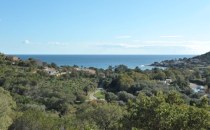 Tarco: A 300m. de la plage à pied et dominant la mer, ENSEMBLE IMMOBILIER disposant d'une VUE MER PANORAMIQUE comprenant une VILLA RÉCENTE T-3/4 avec PISCINE, GARAGE ET SURFACE AMÉNAGEABLE  + TERRAIN CONSTRUCTIBLE ATTENANT.