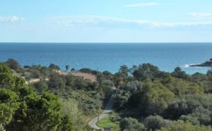 Tarco: A 300m. de la plage à pied et dominant la mer, Terrain à bâtir VIABILISÉ disposant d'une VUE MER PANORAMIQUE.